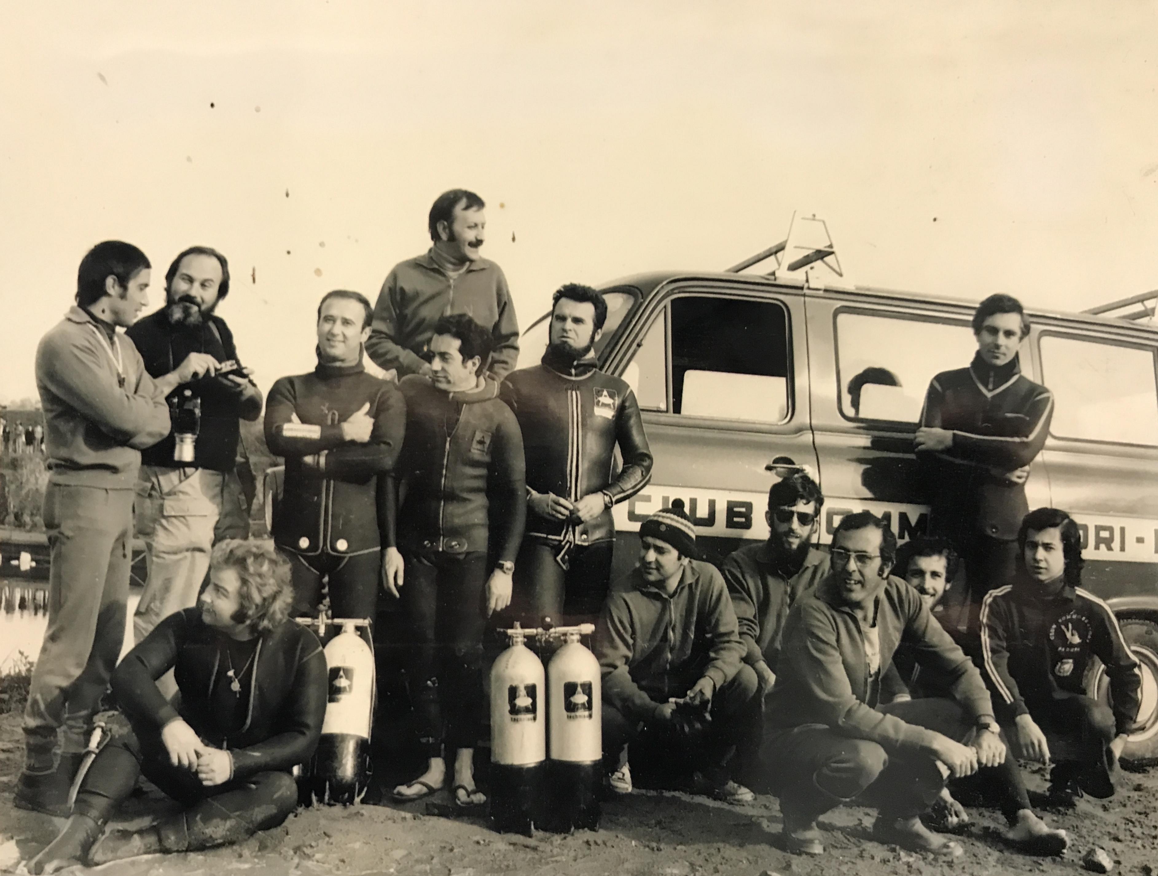 Foto storica con furgone CSP ed alcuni allievi